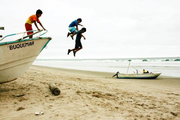 Saltando a la felicidad. Libertador Bolívar, Ecuador. Año 2013.