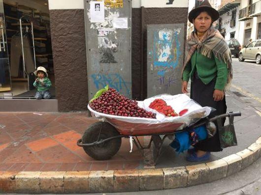 Vendedora de fruta, c/ Tarqui, centro de Cuenca. Enero del 2015