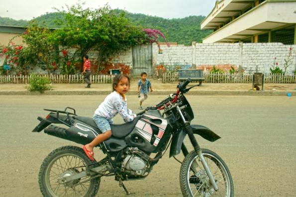 Niña en la moto del padre. Jipijapa, 18 octubre del 2014