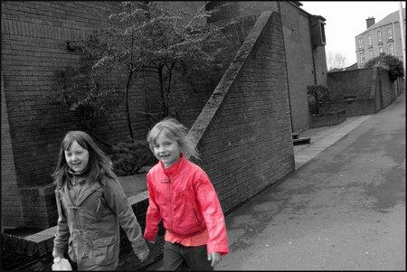 Niñas paseando por Dundee