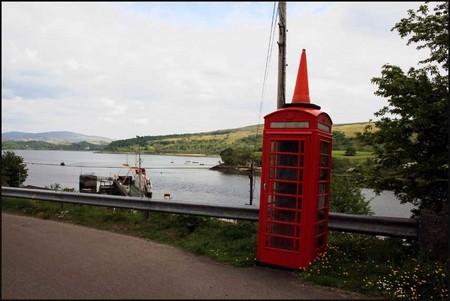 Cabina de telefono decorada con un sombrero en Charline, Escocia