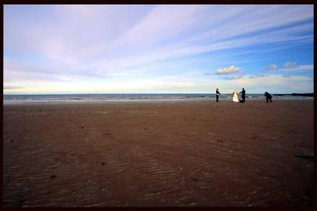 Unidos en la olas de la playa de St Andrews