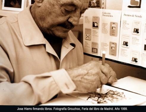 Jose Hierro en la feria del libro de Madrid, 1999.
