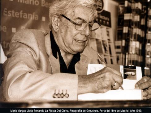 Vargas Llosa firmando el libro La Fiesta del Chivo.
