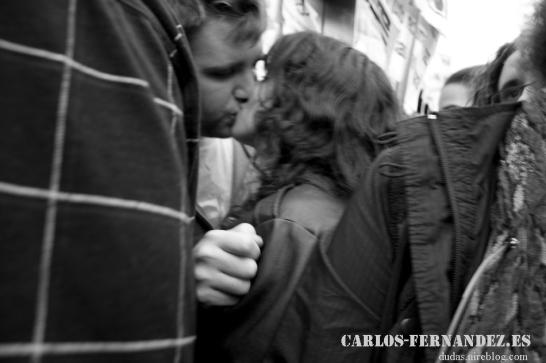 Dos enamorados en en la Puerta del Sol
