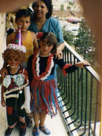 Yo de payaso con mis hermanos y mi madre en la terraza de casa