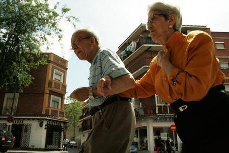 Ancianos paseando por Vallecas 15x10