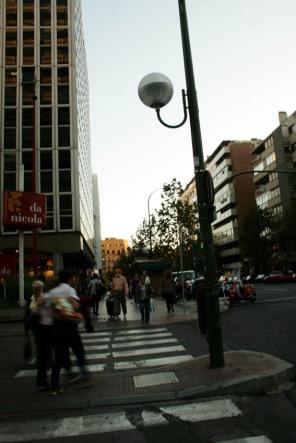 Paya andando por la C/ Oresne de Madrid.