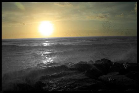 Rayos de sol en un chispear de olas