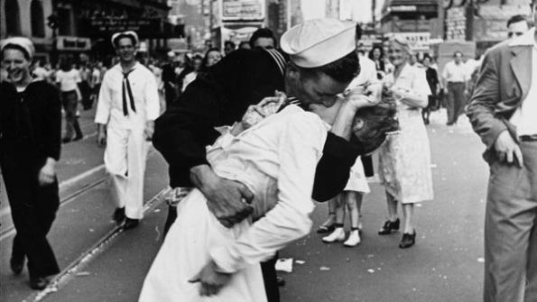 El beso, de 'Life' de Alfred Eisenstaedt, el día de la rendición de Japón. El fotografiado era el marinero que aparecía con la enfermera en la plaza de Times Square el 14 de agosto de 1945.