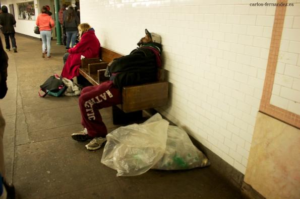 11. Personas en una estación de metro de Manhattan,  N.Y. Diciembre del 2014. A las 2 de la madrugada