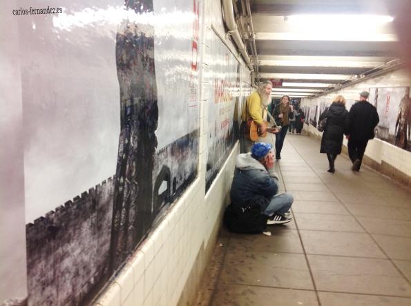 12. Personas en el metro Christopher de Manhattan, N.Y, 30 diciembre del 2014.