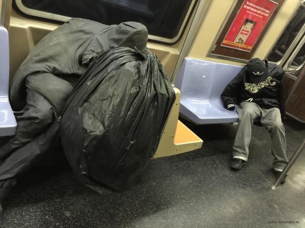 13. Personas en el metro durmiendo, yendo al aeropuerto J.F.K, N.Y, 1 enero del 2015. A las 5 de la madrugada