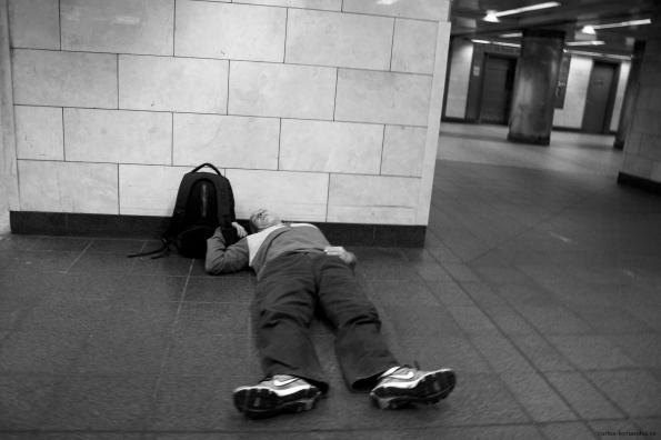 1. Persona durmiendo en el Metro de Manhattan, N.Y, diciembre del 2014. A las 20:00