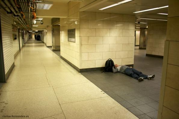 2. Persona durmiendo en el Metro de Manhattan,  N.Y, diciembre del 2014. A las 20:00