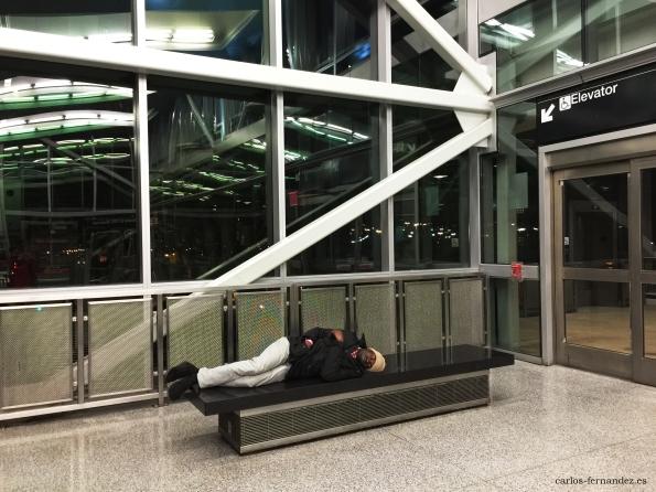 2. Persona durmiendo en la estación de metro del aeropuerto J.F.K de, N.Y, 1 enero del 2015. A las 5:05 de la madrugada