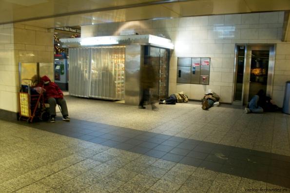 """7. Persona durmiendo en la """"Grand Central Terminal"""" de N.Y, 30 diciembre del 2014. A las 23:00"""