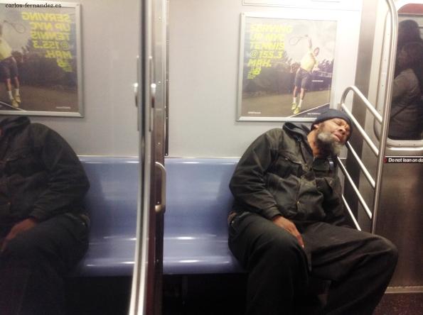 8. Persona en el metro de N.Y, línea roja y azul. 31 diciembre del 2014. A las 23:00