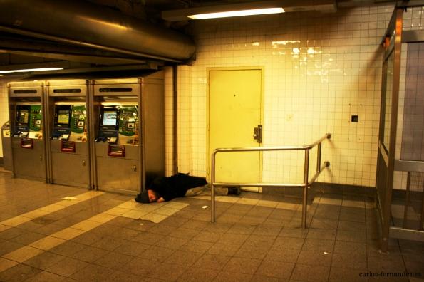 9. Persona durmiendo en una estación de metro de Manhattan,  N.Y, 24 diciembre del 2014.