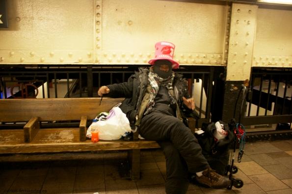 10. Persona en una estación de metro de Brooklyn  N.Y, 31 diciembre del 2014. A las 2 de la madrugada